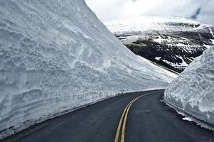 strada attraverso la neve