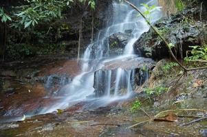 piccola cascata a doi suthep, chiang-mai thailandia