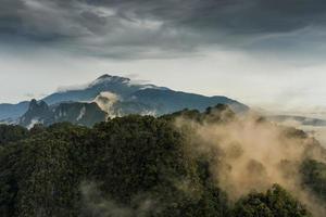 nebbia sulla montagna al mattino foto