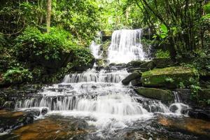 cascata di mun daeng, parco nazionale di phu hin rong kla, thailandia foto