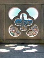 guarda attraverso una finestra di torre giotto hdr foto