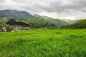 villaggio vicino a prato in montagna