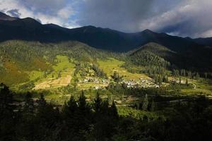 piccolo villaggio in grande montagna in tibet, cina foto