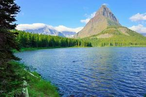 swiftcurrent lago nel paesaggio di alta montagna foto