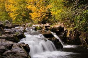 potente cascata sul fiume nantahala foto