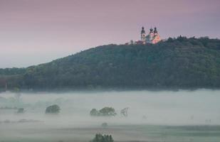 Cracovia, Polonia, monastero camaldolese visto sopra la valle del fiume Vistola nebbiosa