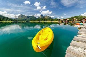 canoa gialla in un bellissimo fiume e foresta di lago di montagne