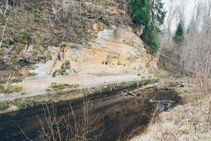 scogliere di arenaria nel parco nazionale di gaujas, lettonia - retrò foto