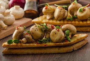 funghi selvatici su pane tostato