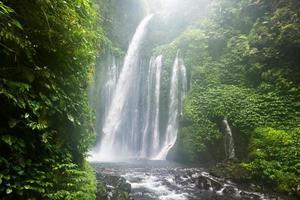 air terjun tiu kelep cascata, senaru, lombok, indonesia, sud foto