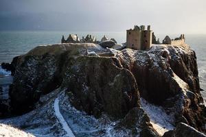 vista ravvicinata nella neve - castello di dunnottar, stonehaven, scozia uk
