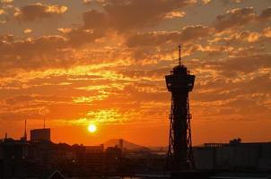 Torre del porto di hakata al tramonto a fukuoka, in giappone foto