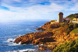 punto di riferimento della torre di calafuria sulla roccia della scogliera, sul ponte di aurelia e sul mare. foto