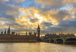 nuvole gialle del tramonto sopra il big ben foto