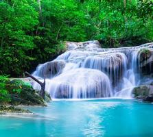 cascata al parco nazionale di erawan, kanchana buri, thailandia