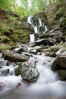 bella scena cascata, ucraina cascata shipot carpazi foto