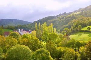 aribe sulla valle azcoa dei pirenei in navarra spagna foto