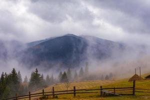 riscaldamento globale. paesaggio di montagna. nuvole e nebbia foto