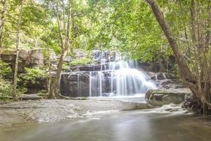 cascata in thailandia (parco nazionale delle cascate di pang si da) foto