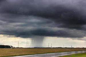 nuvole temporalesche sulla strada. foto
