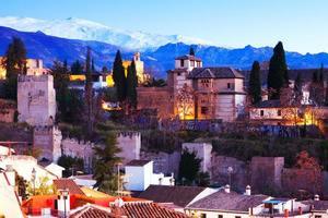 alhambra con la sierra nevada sullo sfondo. granada