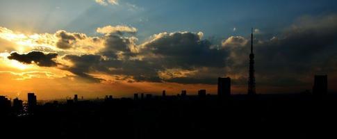maggiore area di tokyo denso paesaggio urbano di edifici al crepuscolo foto