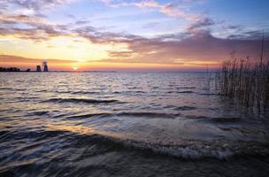 bellissimo paesaggio con serbatoio, cielo al tramonto foto