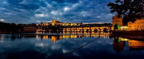 vista della Praga illuminata foto