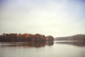 tardo autunno al fiume foto