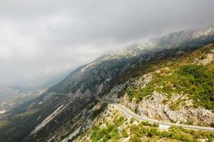 la strada di montagna in montenegro