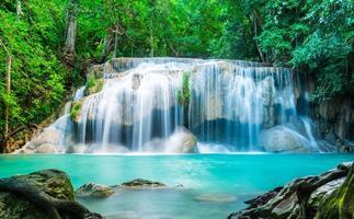 cascata di erawan nel parco nazionale della thailandia foto
