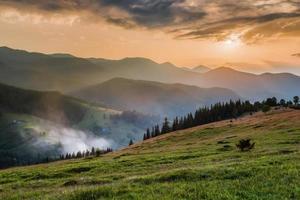 monti carpazi. villaggio di montagna sui pendii verdi dzembronya