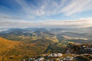 vista valle all'alba dalla cima delle montagne
