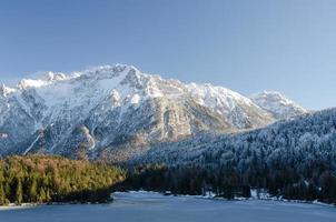 lago ghiacciato lautersee vicino a mittenwald foto