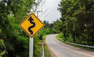 sinuosa cartello stradale alla montagna nella zona rurale foto