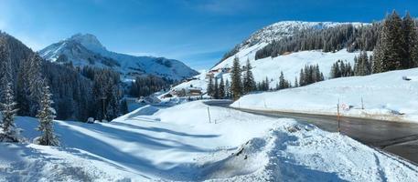 panorama del paese di montagna invernale (austria). foto