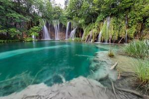 vista mozzafiato nel parco nazionale dei laghi di plitvice. croazia