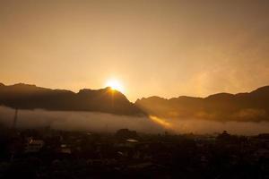 la bellissima nebbia che scorre sulla valle a Phang Nga, Thailandia foto