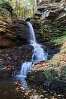 cascata d'autunno in montagna