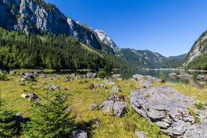 paesaggio di montagne e lago, lago gosausee, alpi, austria, europa.