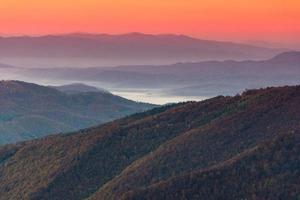 bellissimo paesaggio montano all'alba. foto
