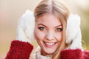 ritratto di donna piuttosto sorridente in cuffie bianche.