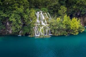 vista mozzafiato nel parco nazionale dei laghi di plitvice. croazia foto