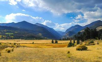 sfondo di montagne rocciose foto