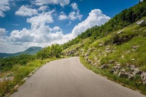 avventura su strada di montagna