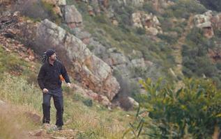 uomo di trekking in montagna foto
