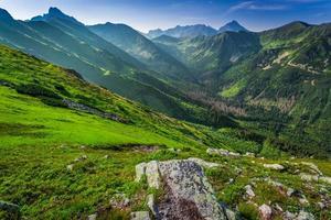 meravigliosa alba in montagna foto