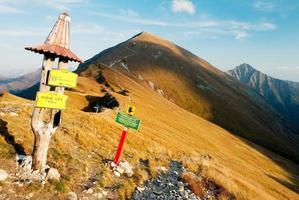 vista autunnale dalle montagne Rohace con guidepost foto