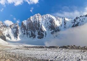 parete settentrionale del picco della Corea libera in Kirghizistan foto