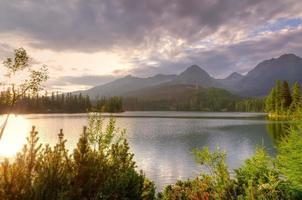 bellissimo lago in montagna. foto
